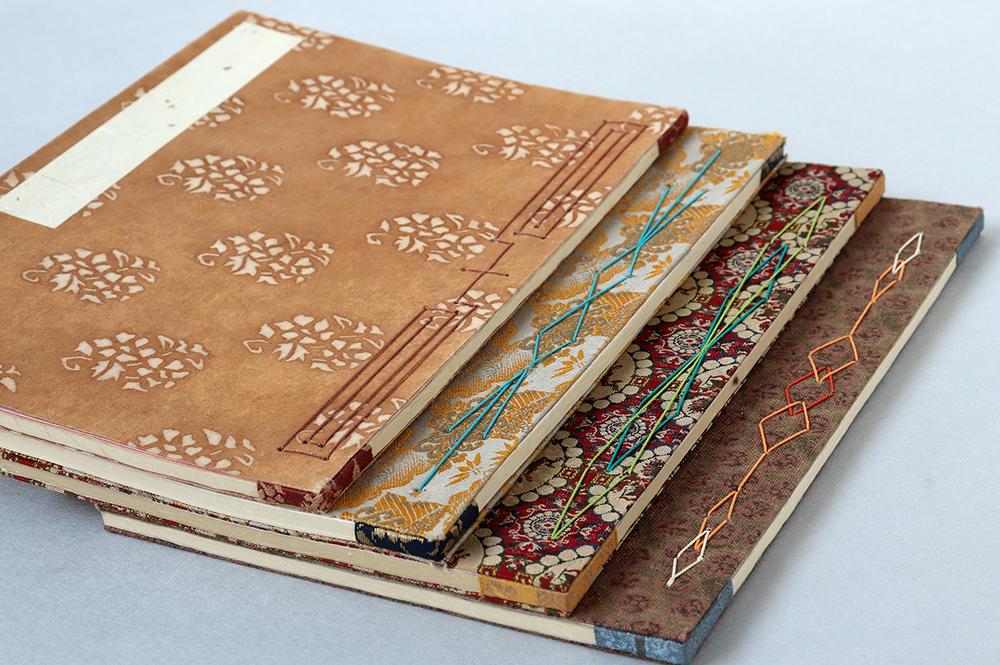 ノートを綴じる糸でさまざまな模様が描かれています