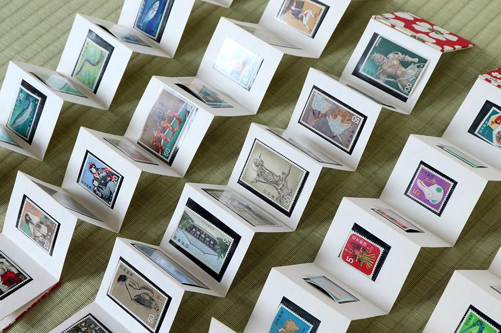 切手のコレクションが収められた折本。カテゴリーごとに分類されています