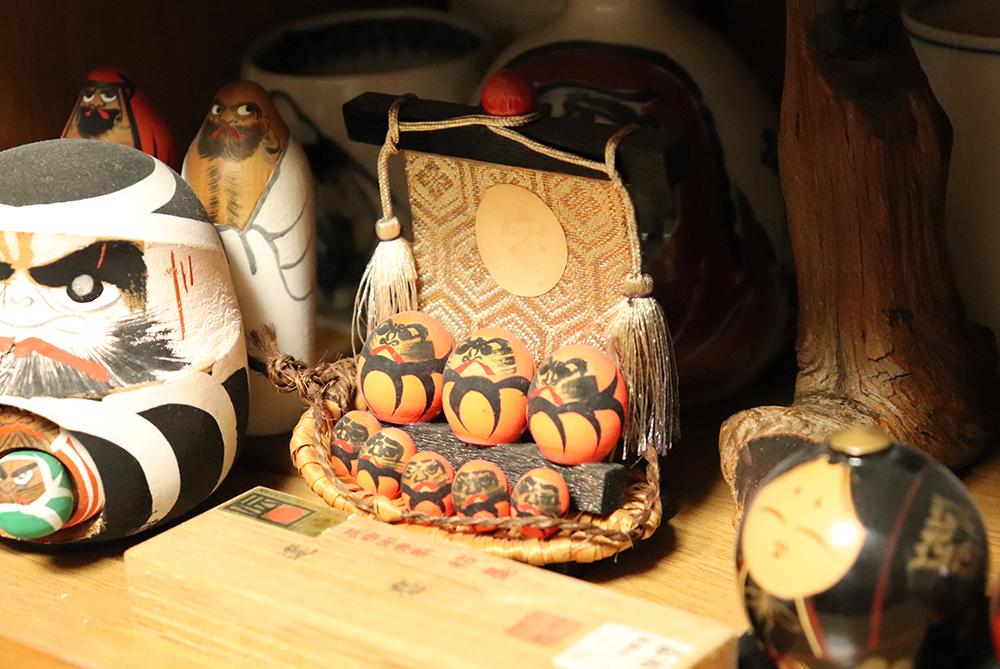さまざまな種類のダルマが並んでいる。府川先生のコレクションの一部